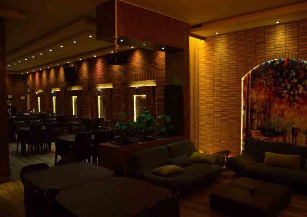 دکور رستوران ، تالار ، نور سفید و نور زرد